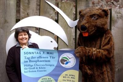 Andrea Schmidt und Bibermaskottchen Elbi laden zum Tag der offenen Tür ins Biosphaerium ein (Foto: Biosphaerium Elbtalaue GmbH)