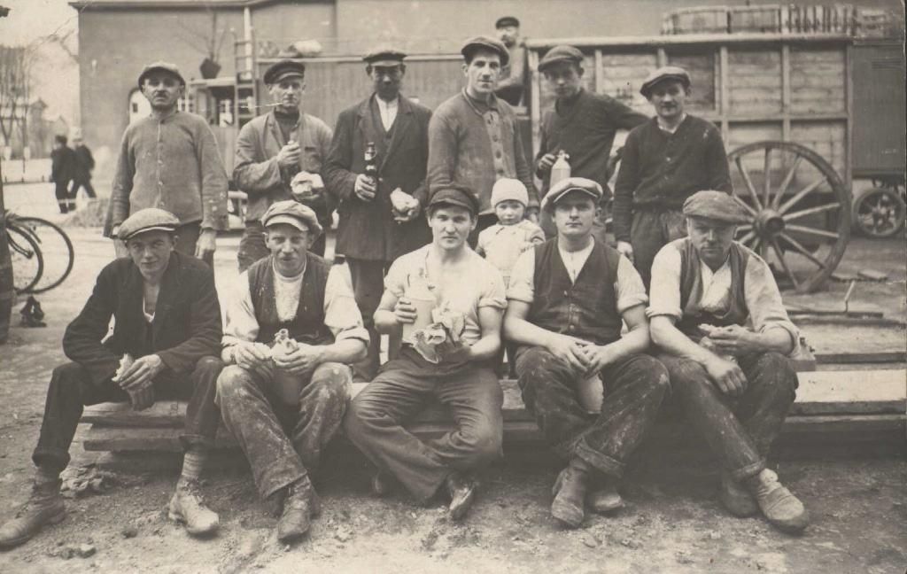 Arbeiter bei der Brotzeit in den 1920er/1930er Jahren Bild: Archiv FLMK