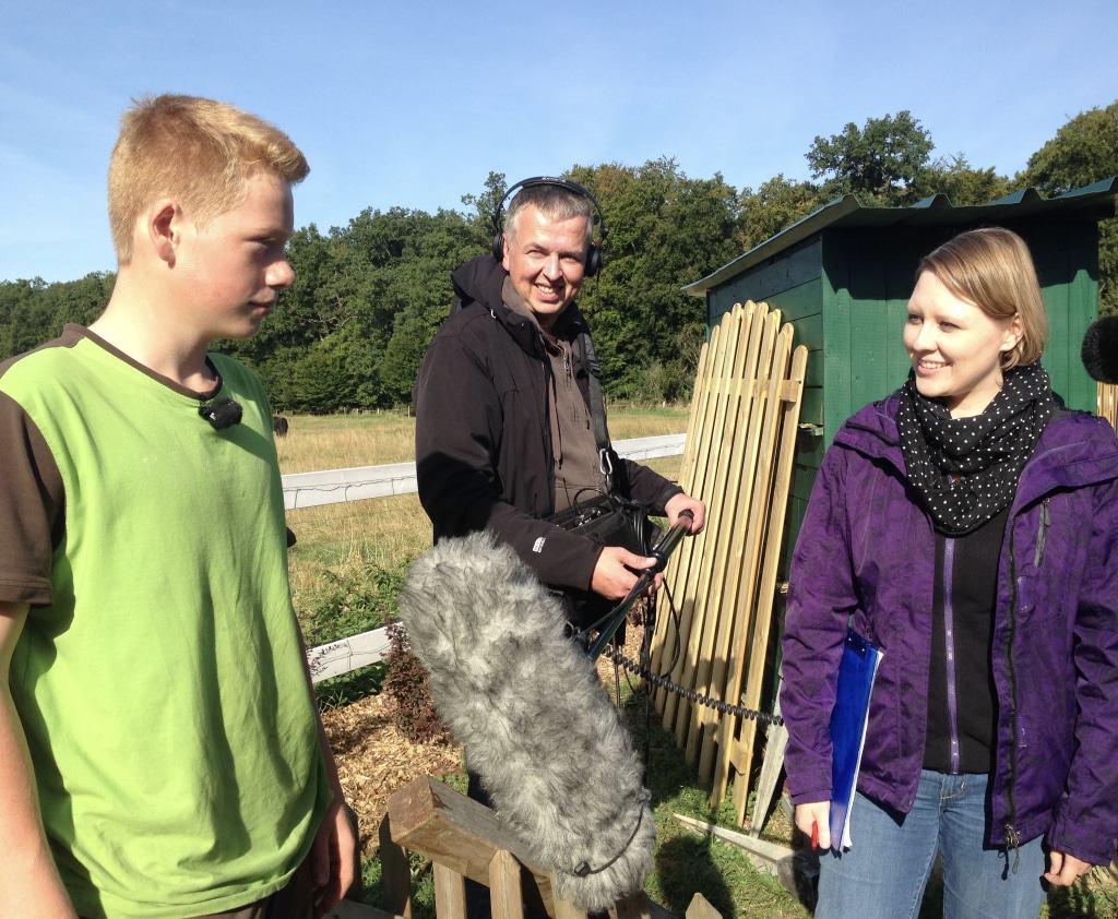 """Maximilian (l.) beim Interview mit TV-Redakteurin Stefanie Mignon und ihrem Team für die NDR-Reihe """"NaturNah""""."""