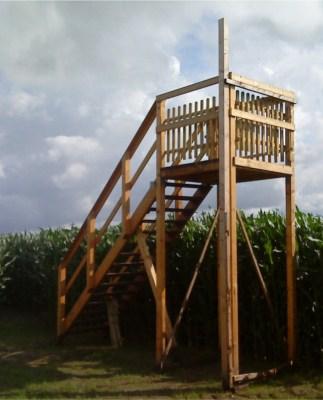 3 Meter hoher Aussichtsturm am Maislabyrinth