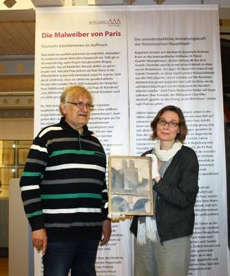 Ein Nachfahre von Dorothea Maetzel-Johannsen und Gudula Mayr, Leiterin der Kunststätte Bossard, mit einem Gemälde der Künstlerin. Foto: Kunststätte Bossard