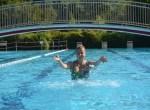Das Rosenbad Bad Bevensen ist beliebtes Freibad nah beim Kurpark auf der anderen Seite der Ilmenau. Das Freizeitbad hat in den Sommermonaten geöffnet und bietet Urlaubern großzügige Liegewiesen an der Ilmenau, eine knapp 50 Meter lange Rutsche, ein extra Becken für Kinder, einen Sprungturm und vieles mehr. Foto: BBM/N. Lüdemann