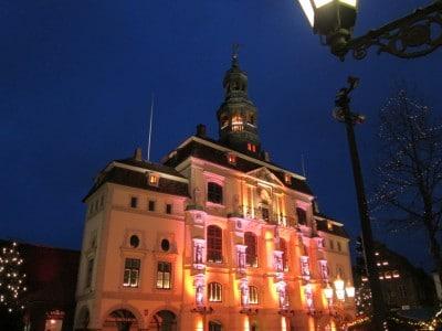 Vor dem Lüneburger Rathaus findet der Lüneburger Weihnachtsmarkt statt.