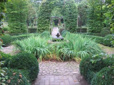 Formale Gartenelemente kennzeichnen den Barockgarten in Künsche.
