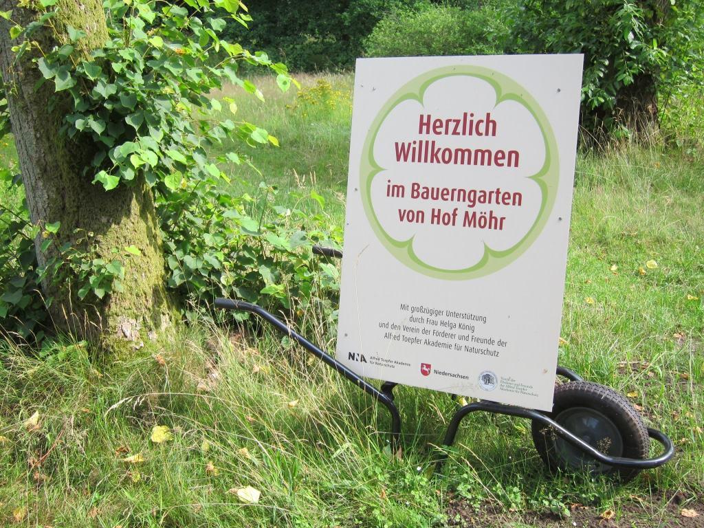 Am Eingang zum Bauerngarten von Hof Möhr