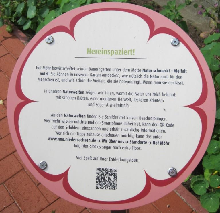 Im Garten finden Sie Infotafeln mit erklärenden Texten und QR-Codes zu weiterführenden Informationen.