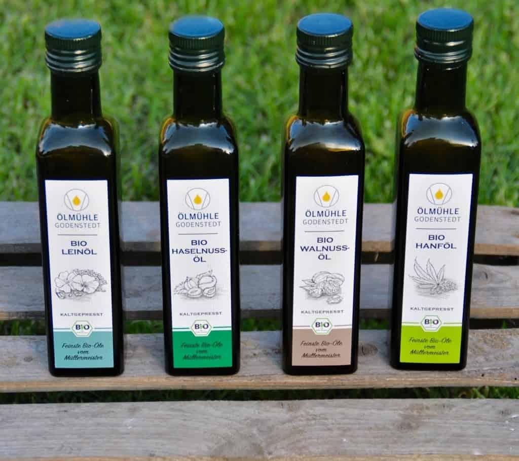 Kaltgepresste Bio-Öle der Ölmühle Godenstedt: Leinöl, Haselnussöl, Walnussöl und Hanföl