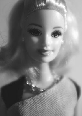 Porträtaufnahme Barbiepuppe in schwarz/weiß ©Bomann-Museum Celle