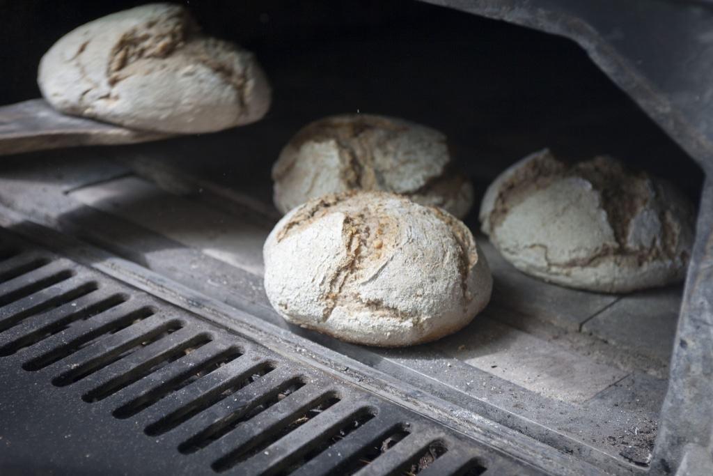 Brot aus dem Holzbackofen Foto: FLMK