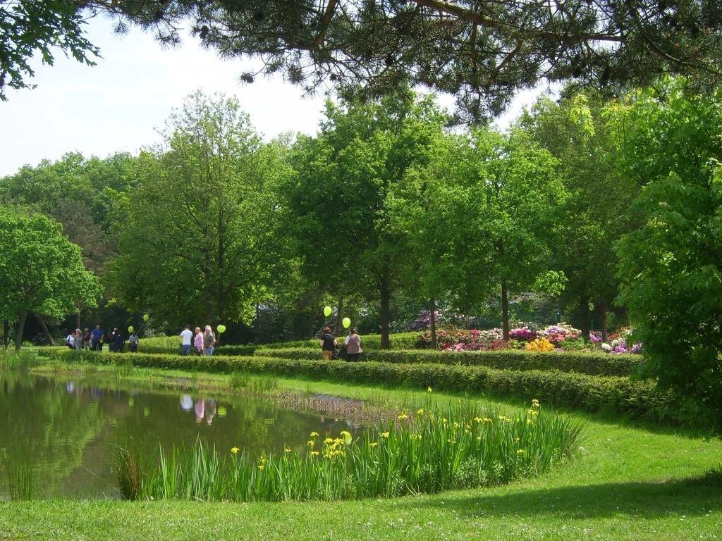 Eine grüne Oase mitten in der Stadt – im Mai und Juni eines jeden Jahres verwandelt sich der Rhododendronpark Bremen zudem in ein farbenfrohes Blütenmeer.  Copyright: BTZ Bremer Touristik-Zentrale (www.bremen-tourismus.de)
