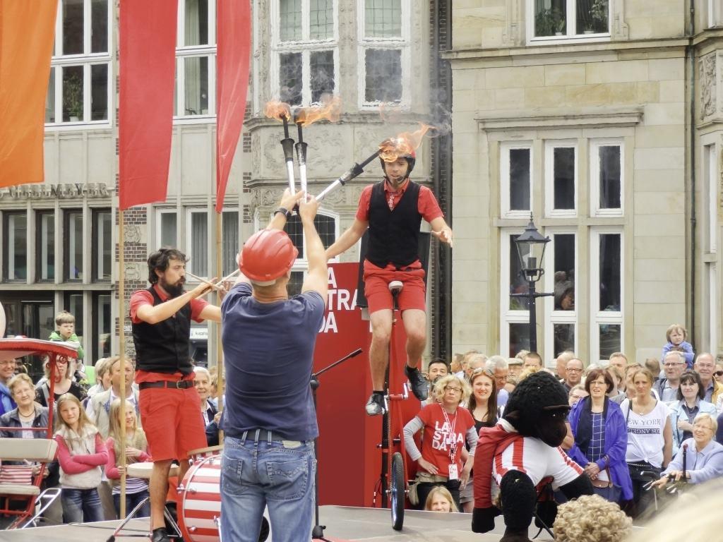 Straßenkünstler aus der ganzen Welt  verwandeln beim Festival La Strada die  Bremer Innenstadt rund um Rathaus und  Roland in eine riesige Freiluftmanege. Copyright: Ingrid Krause / BTZ Bremer Touristik-Zentrale