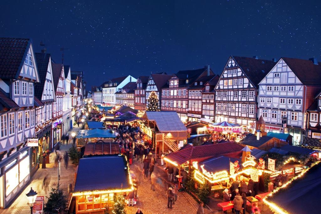 Das weihnachtliche Band zieht sich durch die Celler Altstadt bis zum Schloss. (Copyright: Celle Tourismus und Marketing GmbH, Fotograf: Khai-Nhon Behre)