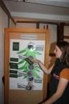 Charlotte Schulz erklärt, woran Borkenkäferbefall an einer Fichte zu erkennen ist. (Foto: Niedersächsische Landesforsten)