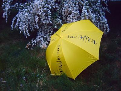 """Der gelbe Schirm, Kennzeichen der Aktion """"Kunst offen"""" im Amt Neuhaus und in Mecklenburg-Vorpommern."""