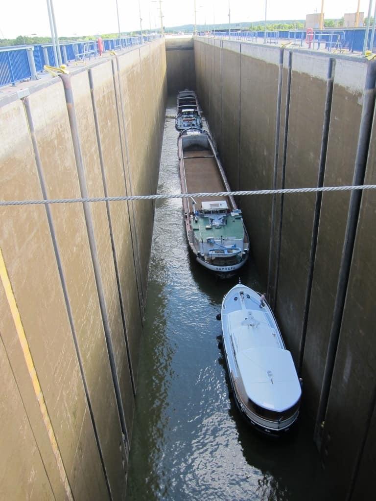 190 m Nutzlänge hat die Schleuse Uelzen II, hier reicht die Länge für zwei Binnenschiffe und ein Sportboot.
