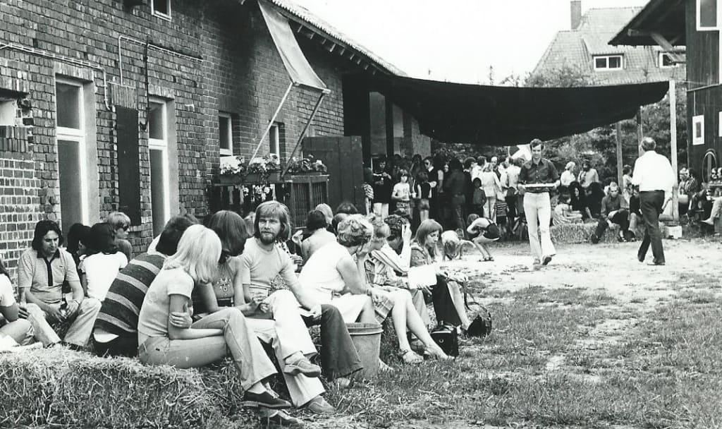 Ausstellungseröffnung auf dem Springhornhof Mitte der 1970er Jahre (Foto: Archiv Springhornhof)