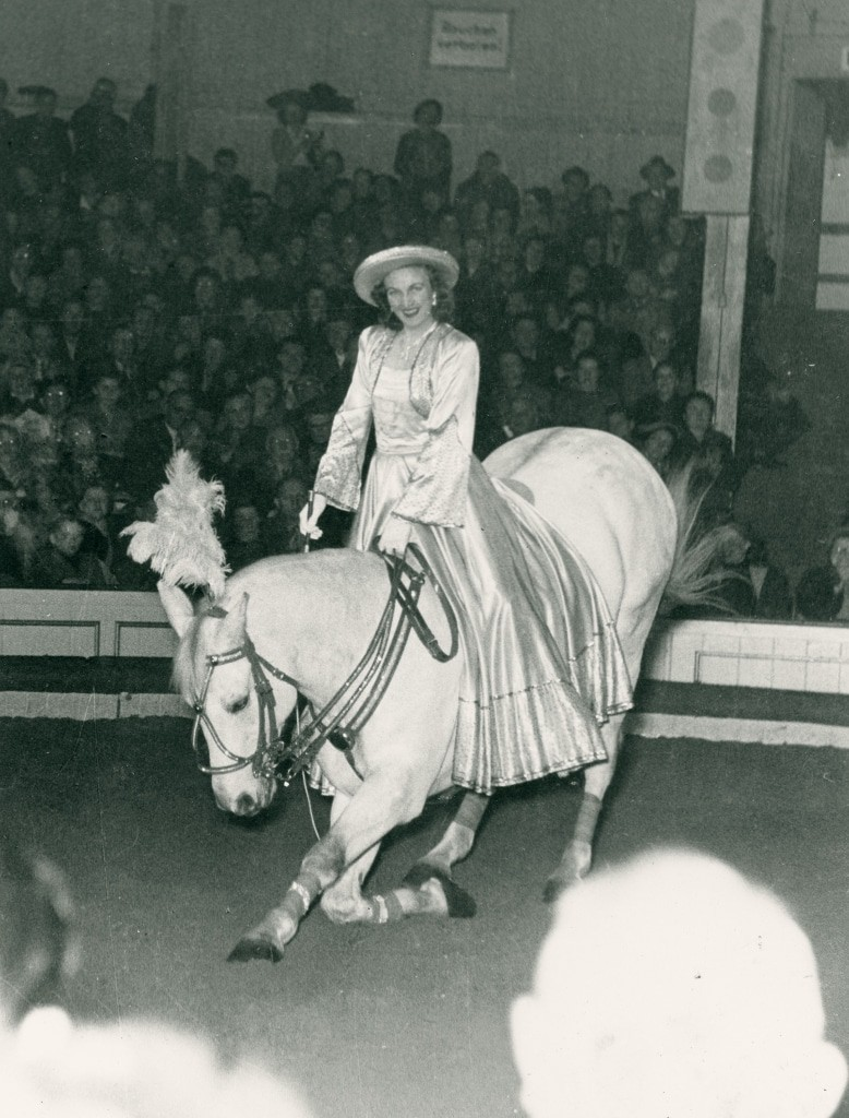 Zirkusreiterin Ilona Semsrott mit ihrem Pferd Elfenprinz während einer Zirkusvorstellung in den 1950er Jahren.  Foto: DPM