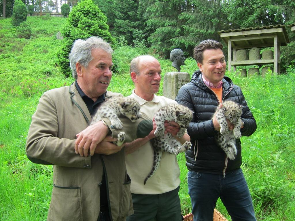 v.l.: Wildparkinhaber Norbert Tietz, Tierpfleger Jens Pradel und Wildparkinhaber Alexander Tietz präsentieren stolz den Nachwuchs von
