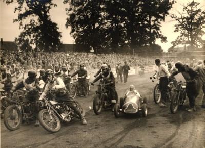 Auf der Aschenrennbahn in Ebstorf wurden in den 50er Jahren des letzten Jahrhunderts Motorradrennen ausgetragen.