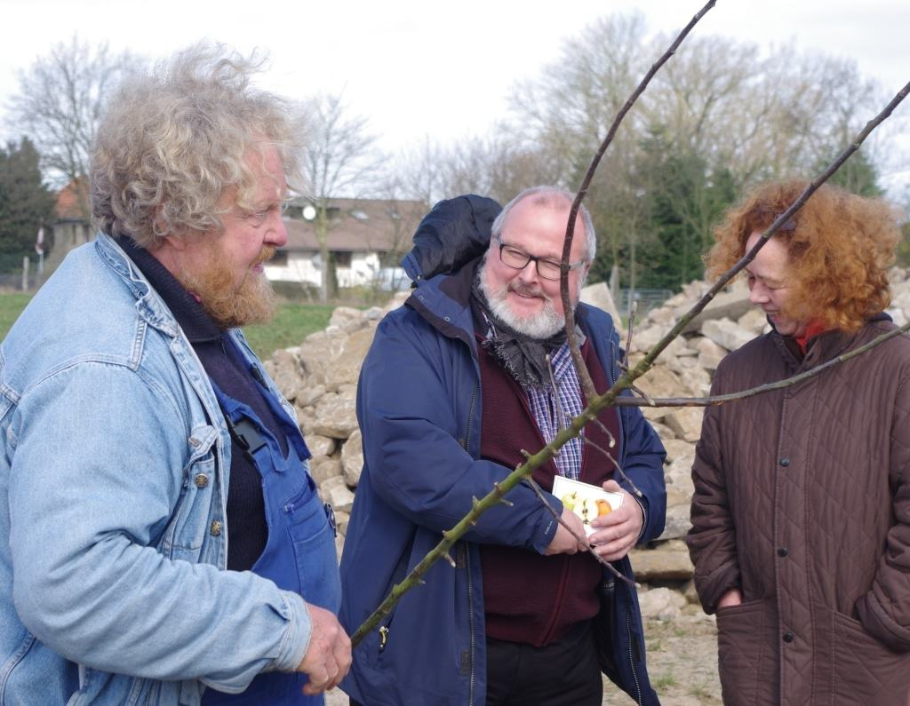 Von links: EckartBrandt, Pomologe und Autor, Prof.Dr.RolfWiese, Museumsdirektor und GudrunHofmann, Vorstandsmitglied BUND Hamburg pflanzen den Tietjenapfel als Apfel des Jahres2017. Foto FLMK