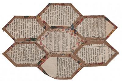 """7 Einzelflicken Rückseite einer unvollendeten Patchworkdecke, gearbeitet mti der """"englischen Methode"""", Foto: Bomann-Museum Celle"""