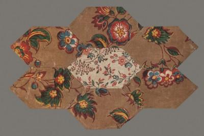 7 Einzelflicken (Vorderseite) einer unvollendeten Patchworkdecke 18./19. Jahrhundert, Foto: Bomann-Museum Celle