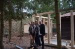 """Alexandra Hansch, Alexa von Dossow (BernsteinSee Team) und Avery Kolle, Vorsitzender des """"Verein für krebskranke Kinder Harz.e.V."""" auf der Baustelle"""