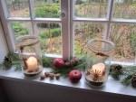 Fensterdekoration zum Advent mit Nüssen, Äpfeln, Tannengrün, Kerzen im Freilichtmuseum Diesdorf