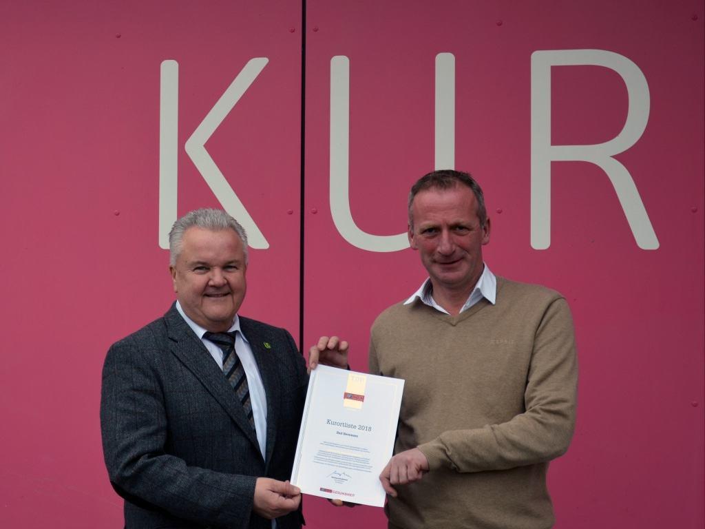 Hans-Jürgen Kammer, Stadtdirektor (links) und Gerhard Kreutz, Geschäftsführer der Bad Bevensen Marketing GmbH mit der Auszeichnungsurkunde