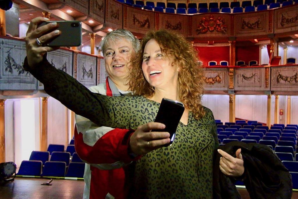 Beide haben das Schlosstheater im Blick: Intendant Andreas Döring mit Bergens Stadtschreiberin Ariella Kornmehl Foto: Ottfried Franke, urbanPR