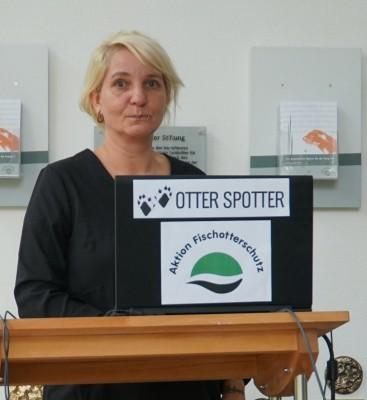 Astrid Kiendl von der Aktion Fischotterschutz schaltet das Web-Portal www.otterspotter.de frei. Foto: Aktion Fischotterschutz e.V.