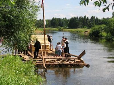 Foto der Winser Flößer auf ihrem Floß auf der Aller, Foto: Winser Heimatverein