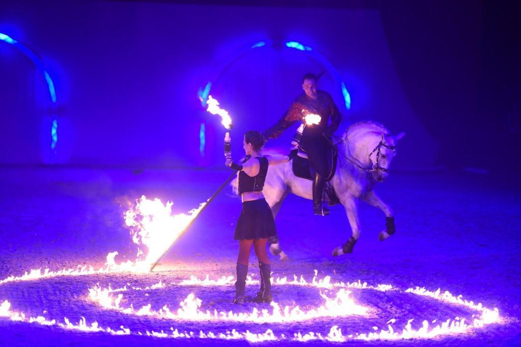 """Höchste Reitkunst und wagemutige Akrobatik inmitten lodernder Flammen zeigt das Showteam Excalibur aus Brandenburg in der neuen großen GalaShow """"Herzklopfen"""" der HansePferd Hamburg. Foto: Hamburg Messe und Congress GmbH / Michael Zapf"""