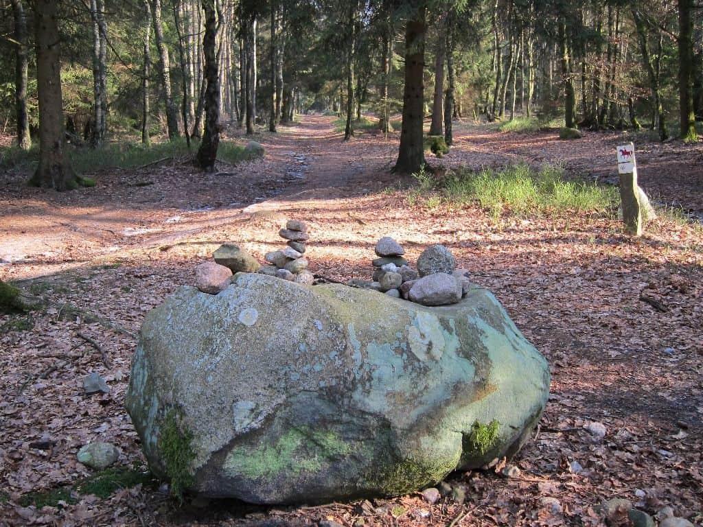 An der Weggabelung zum Wilseder Berg: Großer Findling mit Steintürmchen