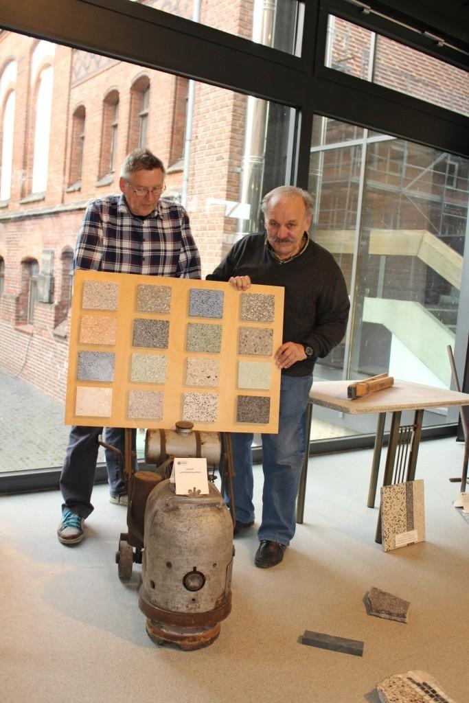 Handwerksmuseum Suhlendorf (Foto: Museum Lüneburg): Franz Bachmann und Günther Bliße (v.  l.) vom Handwerksmuseum Suhlendorf präsentieren die Vielfalt des Terrazzo-Bodens