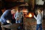 Traditionelle Handwerksvorführungen und Mitmachaktionen werden u.a. in der Schmiede im Museumsdorf Hösseringen angeboten. Foto: Museumsdorf Hösseringen