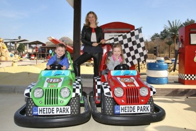 Bettina Cramer und ihre Kinder eröffnen die neue Attraktion Wüstenflitzer im Heide Park Resort Soltau