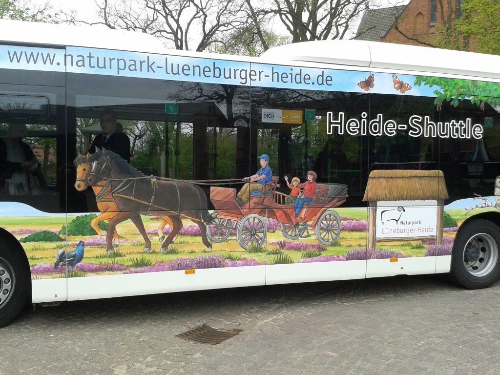 Der neu gestaltete Naturpark-Bus wird als Heide-Shuttle eingesetzt. © Naturpark Lüneburger Heide e.V./Kleemann