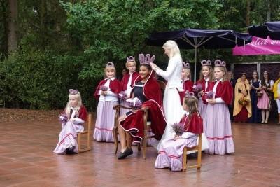 Die Heidekönigin 2018/2019, Mona Otto, krönt die neue Heidekönigin Leonie Laryea.