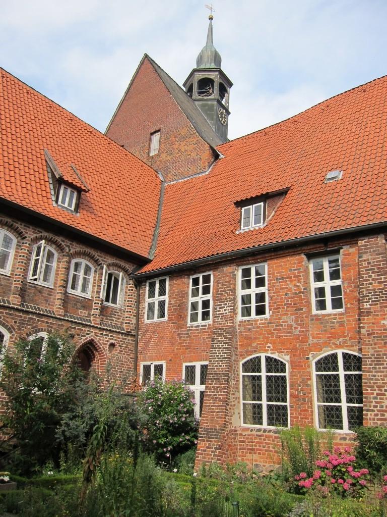 Lüneburger Klöster - Kloster Lüne - Blick vom Kräutergarten auf den Kirchturm von St. Bartholomäi