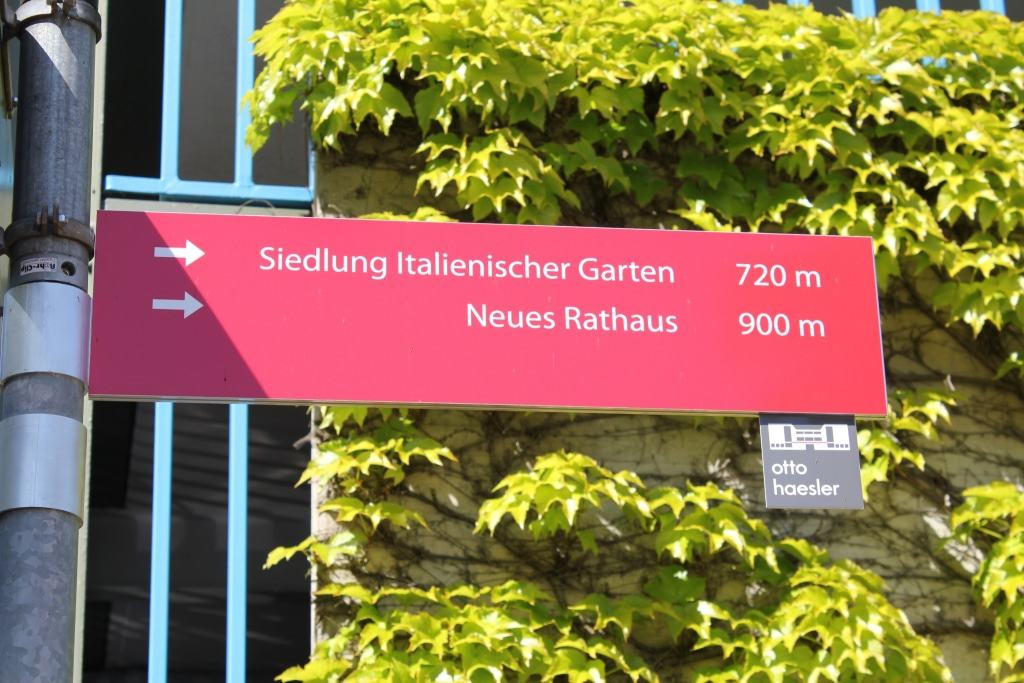 Neue Hinweisschilder führen zu den Bauhaus-Bauwerken Celles (Copyright: Celle Tourismus und Marketing GmbH   Fotograf: Marcus Feuerstein)