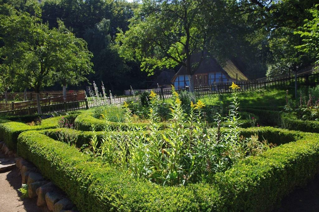 Historische Gartenanlage mit Buchshecken im Freilichtmuseum am Kiekeberg Bild: FLMK
