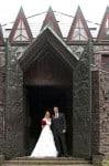 Brautpaar im offenen Eingangstor zum Kunsttempel der Kunststätte Bossard, Foto: Studio Gleis 11 Buchholz