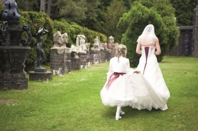 Braut und Blumenkind im Garten der Kunststätte Bossard, Foto: Studio Gleis 11 Buchholz