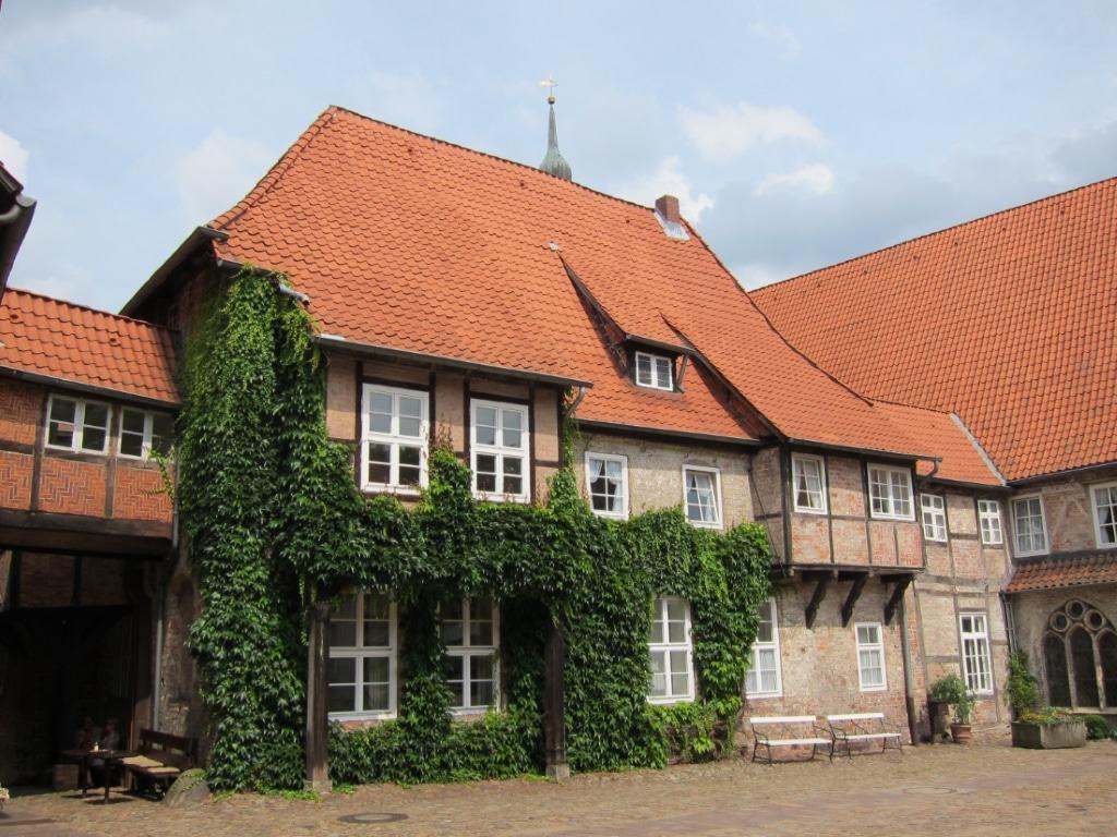 Gotische Gebäude am Innenhof von Kloster Lüne