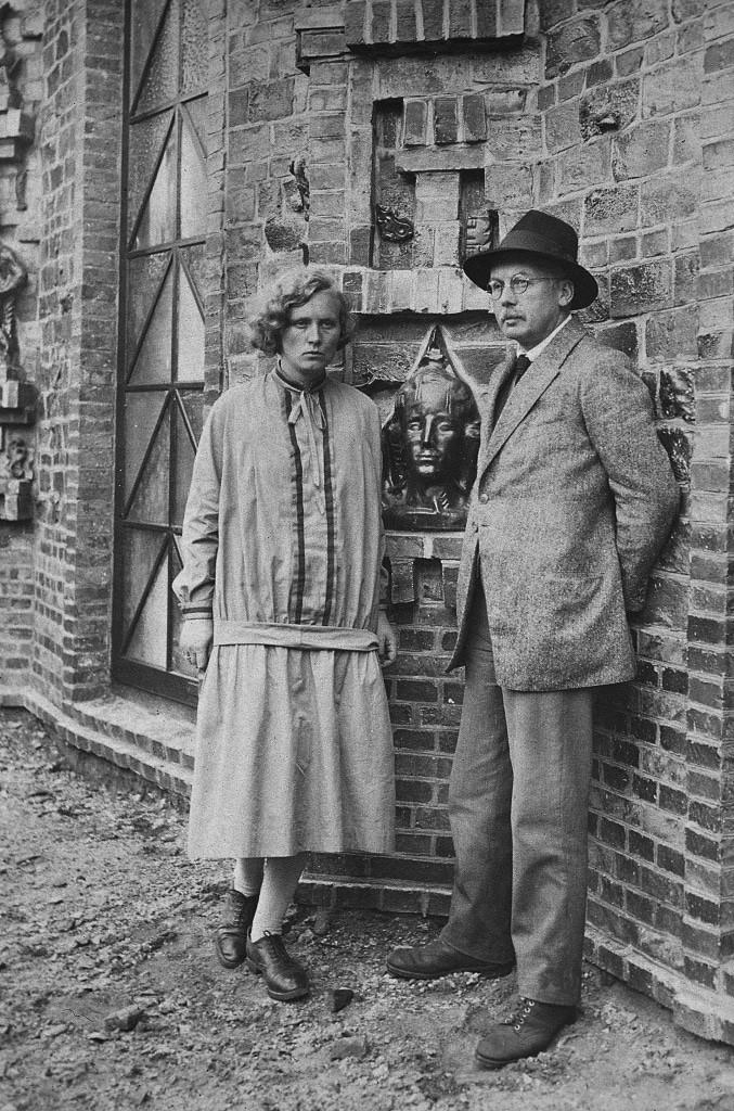 Johann und Jutta Bossard vor dem Kunsttempel, 1928 © Kunststätte Bossard
