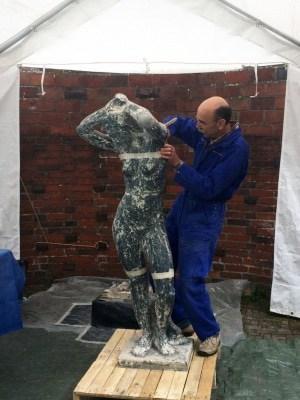 """Johannes Peyser bei der Arbeit an der Skulptur """"Die Träumende (c) Kunststätte Bossard"""