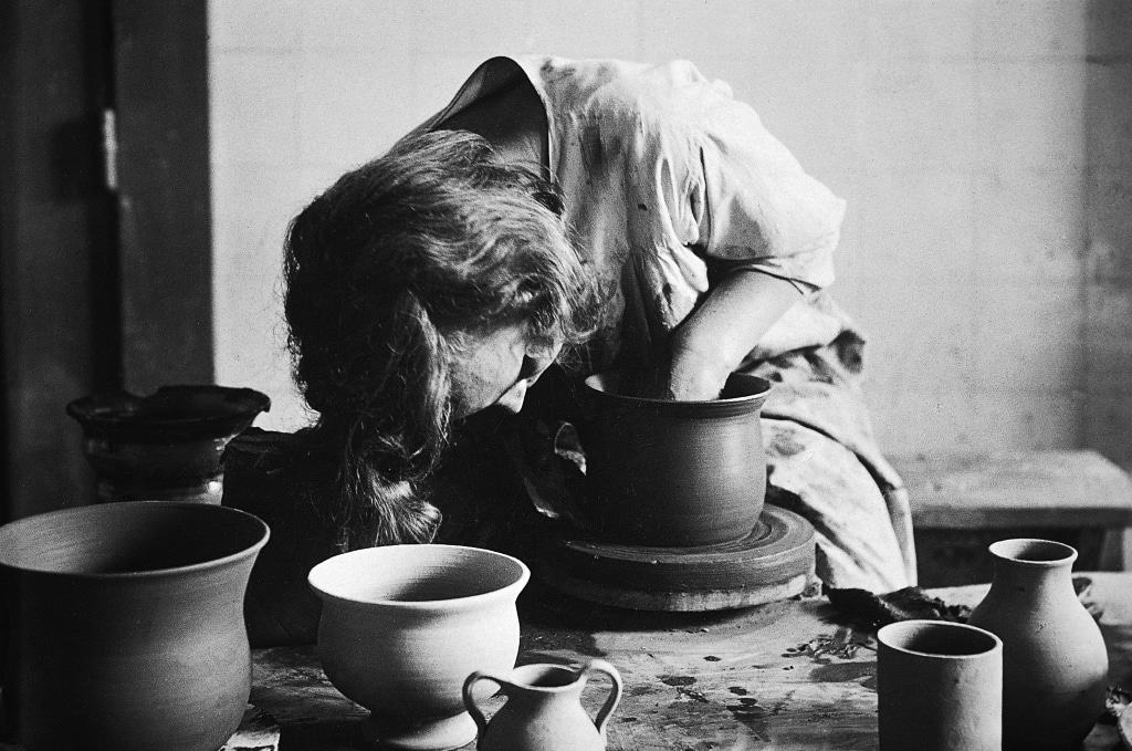 Jutta Bossard-Krull an der Drehscheibe, um 1921/22 Foto: Kunststätte Bossard