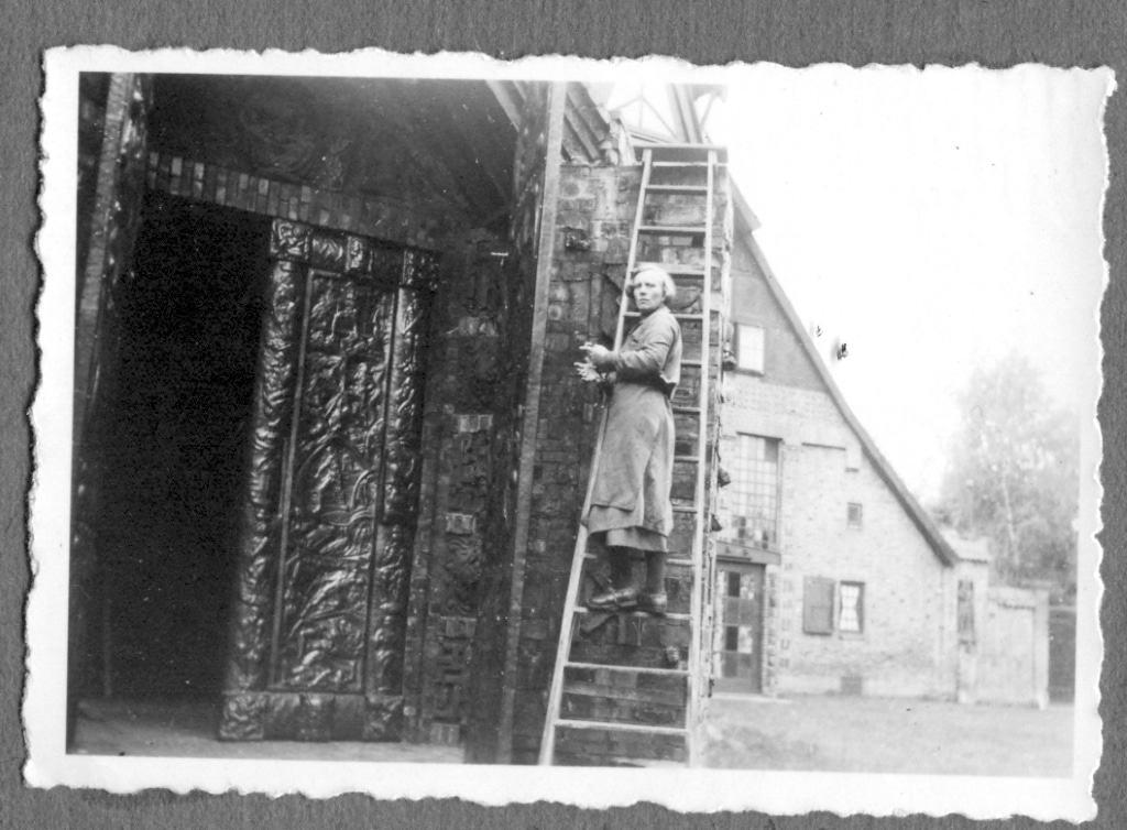 Jutta Bossard auf einer Leiter am Kunsttempel, o.J. © Kunststätte Bossard