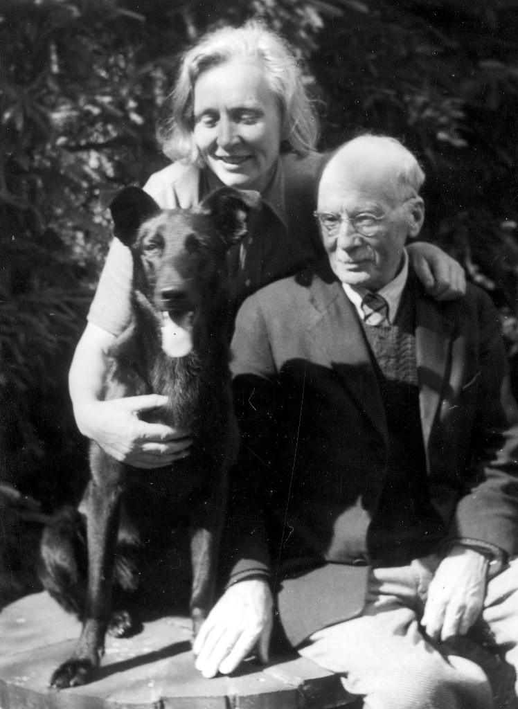 Jutta Bossard und Johann Michael Bossard mit Hund, 1950 Foto: Kunststätte Bossard